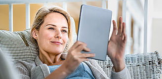 Weibliche Person mit Tablet | Ramend