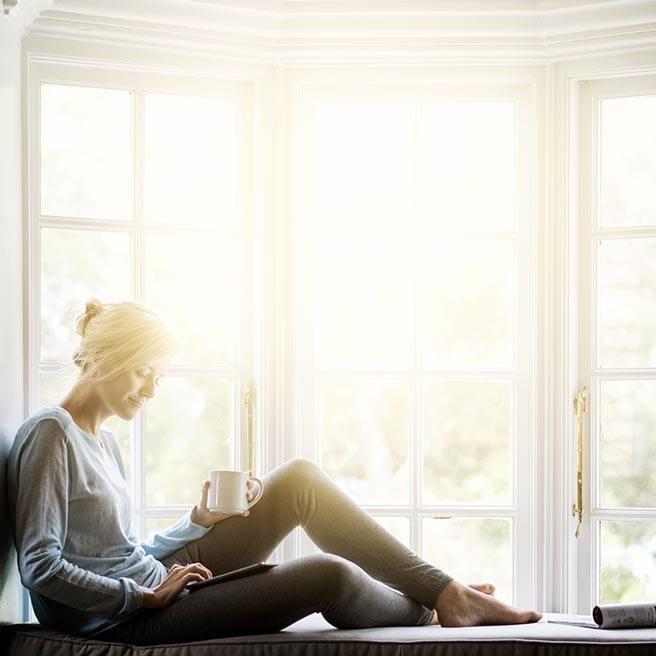 Weibliche Person trinkt entspannt Tee | Ramend