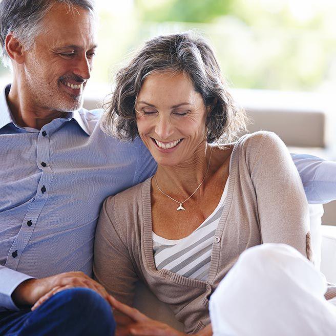 Vertrautes Paar auf einem Sofa | Ramend