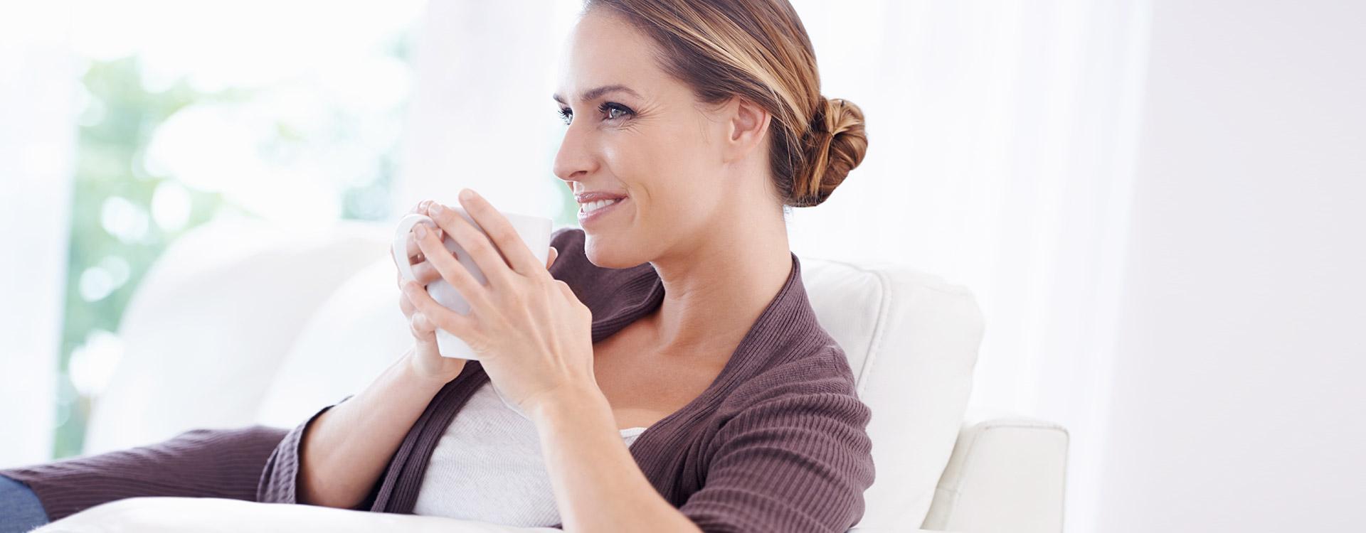 Weibliche Person trinkt Tee | Ramend