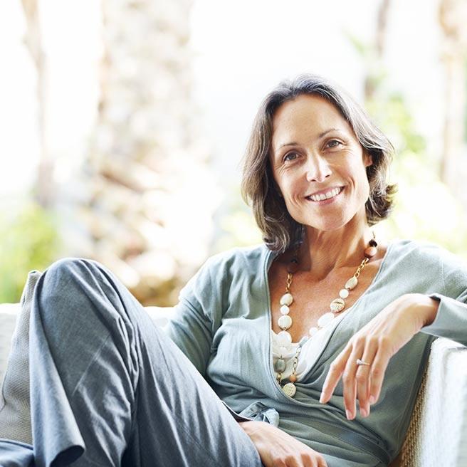 Sitzende Frau mittleren Alters | Ramend